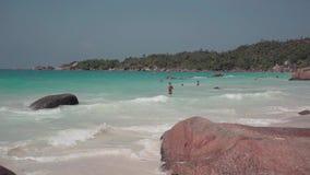 seychellen Praslineiland Het strand van een elitetoevlucht op een eiland in de Indische Oceaan Tropische eilandluxe stock footage