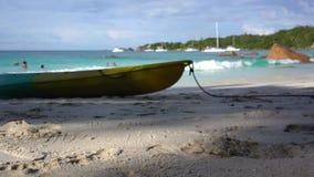 seychellen Praslineiland Mooie mening van de steenachtige die kust van het eiland in de Indische Oceaan wordt gevestigd boot in stock video