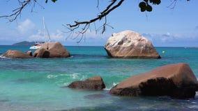 seychellen Praslineiland Mooie mening van de steenachtige die kust van het eiland in de Indische Oceaan wordt gevestigd Het toeri stock video