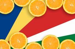Seychellerna flagga i citrusfruktskivahorisontalram arkivfoto