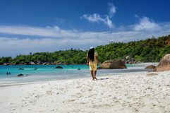 SEYCHELLERNA PRASLIN - AUGUSTI 03: Rasta promenerar en Anse Lazio strand på den Praslin ön på Augusti 03, 2015, Seychellerna Royaltyfri Foto
