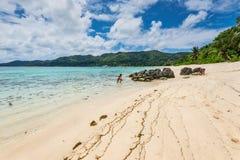 Seychellerna seascape - Anse Royale Beach, Mahe Island, Seychellerna Royaltyfri Foto