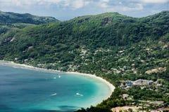 Seychellerna strand uppifrån av Mahe Island royaltyfri foto