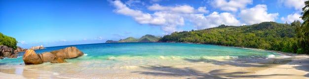 Seychellerna strandpanorama royaltyfri bild