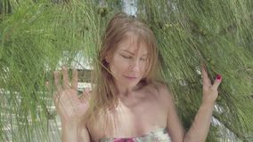 Seychelles Isla de Praslin La mujer linda con el pelo largo vino a trav?s de ramas de ?rbol Vacaciones de lujo de la isla tropica almacen de video