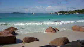 seychelles Isola di Praslin Bella vista della costa pietrosa dell'isola situata nell'Oceano Indiano Yacht privato archivi video