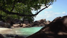 seychelles Isola di Praslin Bella vista della natura dell'isola situata nell'Oceano Indiano Puntello roccioso stock footage