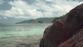 seychelles Isola di Praslin Costa rocciosa dell'isola nell'Oceano Indiano archivi video