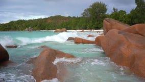 Seychelles Praslin wyspa Fale staczają się na dużych kamieniach Tropikalny wyspa luksusu wakacje Turystyka, relaksuje, być na wak zbiory wideo