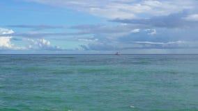 Seychelles Praslin wyspa Zadziwiający seascape z jasną błękitne wody i niebem Osamotniona żaglówka w oceanie daleko d?d?ysty zbiory
