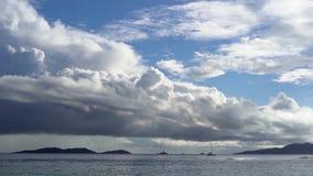 Seychelles Praslin wyspa Zadziwiający seascape z jasną błękitne wody i niebem Osamotniona żaglówka w oceanie daleko d?d?ysty zbiory wideo