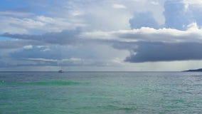 Seychelles Praslin wyspa Zadziwiający seascape z jasną błękitne wody i niebem Osamotniona żaglówka w oceanie daleko d?d?ysty zdjęcie wideo