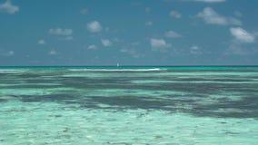 Seychelles Praslin wyspa Zadziwiający seascape z jasną błękitne wody i niebem Osamotniona żaglówka w oceanie daleko wielki zdjęcie wideo