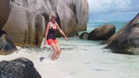 Seychelles que saltan a la mujer metrajes