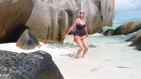 Seychelles que saltan a la mujer en la C?MARA LENTA almacen de metraje de vídeo