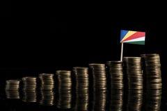 Seychelles señalan por medio de una bandera con la porción de monedas en negro imagen de archivo
