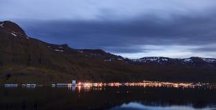 Seydisfjordur,冰岛在晚上 库存照片