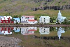 Seydisfjordur stad i Island. Fotografering för Bildbyråer
