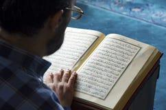 Seyit Nizam清真寺,读穆斯林的古兰经出现 库存图片