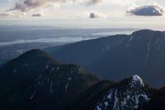 Seymour Mountain mit Vancouver im Stadtzentrum gelegen im Hintergrund lizenzfreie stockbilder