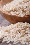 Sezamowi ziarna w drewniany łyżkowy makro- Zdjęcie Royalty Free