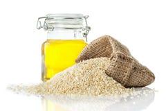 Sezamowy olej w przejrzystym szklanym sezamu i dzbanku Obraz Royalty Free