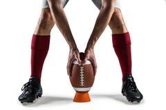 Sezione bassa del giocatore di sport che dispone la palla immagini stock libere da diritti