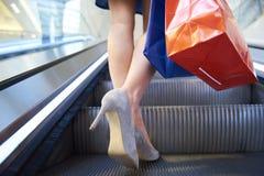 Sezione bassa della donna con i sacchetti della spesa fotografia stock libera da diritti
