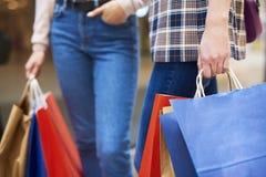 Sezione bassa delle donne che portano i sacchetti della spesa fotografie stock