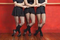 Sezione bassa di tenersi per mano delle ballerine Immagini Stock