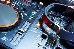 Sezione comandi del miscelatore del DJ illuminata Immagine Stock