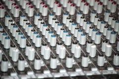 Sezione comandi del miscelatore sano in uno studio di registrazione Fotografia Stock