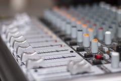 Sezione comandi mescolantesi Primo piano della console di mescolanza di suoni immagine stock