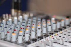 Sezione comandi mescolantesi Primo piano della console di mescolanza di suoni immagini stock