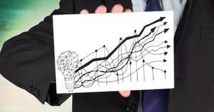Sezione dell'uomo di affari la metà di con la carta che mostra la lampadina ed il grafico scarabocchiano contro la lastra di vetr Fotografie Stock Libere da Diritti