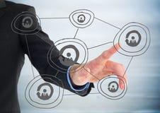 Sezione dell'uomo di affari metà di che indica allo scarabocchio grigio della rete contro il pannello di legno blu confuso Immagini Stock Libere da Diritti