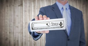 Sezione dell'uomo di affari metà di con la carta che mostra la barra marrone di ricerca contro il pannello di legno confuso Immagini Stock Libere da Diritti
