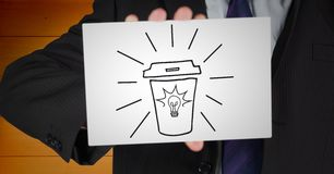 Sezione dell'uomo di affari metà di con la carta che mostra scarabocchio del caffè contro il pannello di legno arancio Fotografia Stock Libera da Diritti