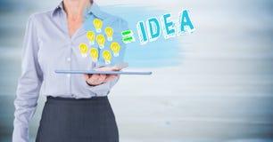 Sezione della donna di affari la metà di con la lampadina scarabocchia sulla compressa contro il pannello di legno blu confuso Fotografia Stock Libera da Diritti