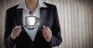 Sezione della donna di affari metà di con il dispositivo di vetro dietro il grafico del caffè con il chiarore contro PA confuso d Immagine Stock