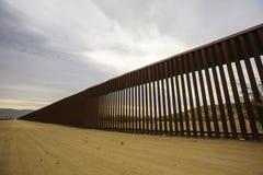 Sezione lunga della parete del confine degli Stati Uniti con il Messico Fotografie Stock Libere da Diritti