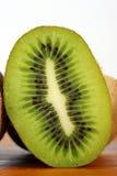 Sezione trasversale del kiwi Fotografie Stock Libere da Diritti