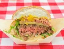 Sezione trasversale di un cheeseburger immagine stock