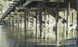 Sezioni la vista sotto il piccolo ponte di legno, isola di Vancouver fotografia stock