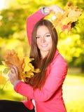 Sezon jesienny. dziewczyna trzyma jesiennych liście w parku Zdjęcie Stock