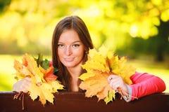 Sezon jesienny. Portret dziewczyny kobieta trzyma jesiennych liście w parku Obraz Royalty Free