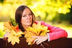 Sezon jesienny. Portret dziewczyny kobieta trzyma jesiennych liście w parku Fotografia Royalty Free