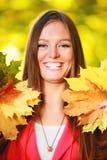 Sezon Jesienny Portret dziewczyny kobieta trzyma jesiennych liście w parku Zdjęcia Royalty Free