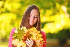 Sezon Jesienny Portret dziewczyny kobieta z wiązką jesienni liście Zdjęcia Stock