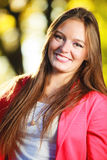 Sezon Jesienny Portret dziewczyny młoda kobieta w jesiennym parkowym lesie Obrazy Royalty Free